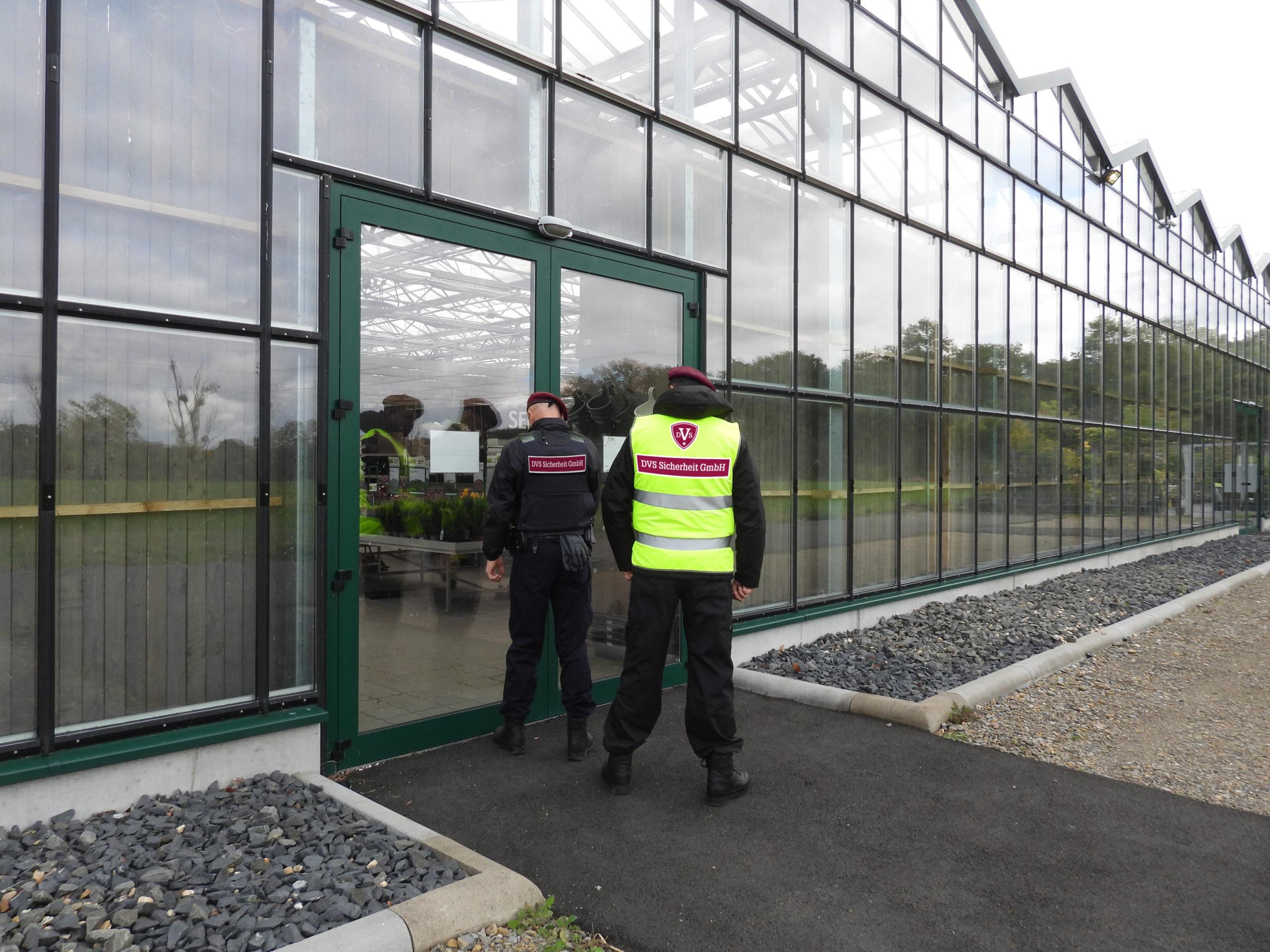sicherheitsdienst-Mann-bewacht-objekt