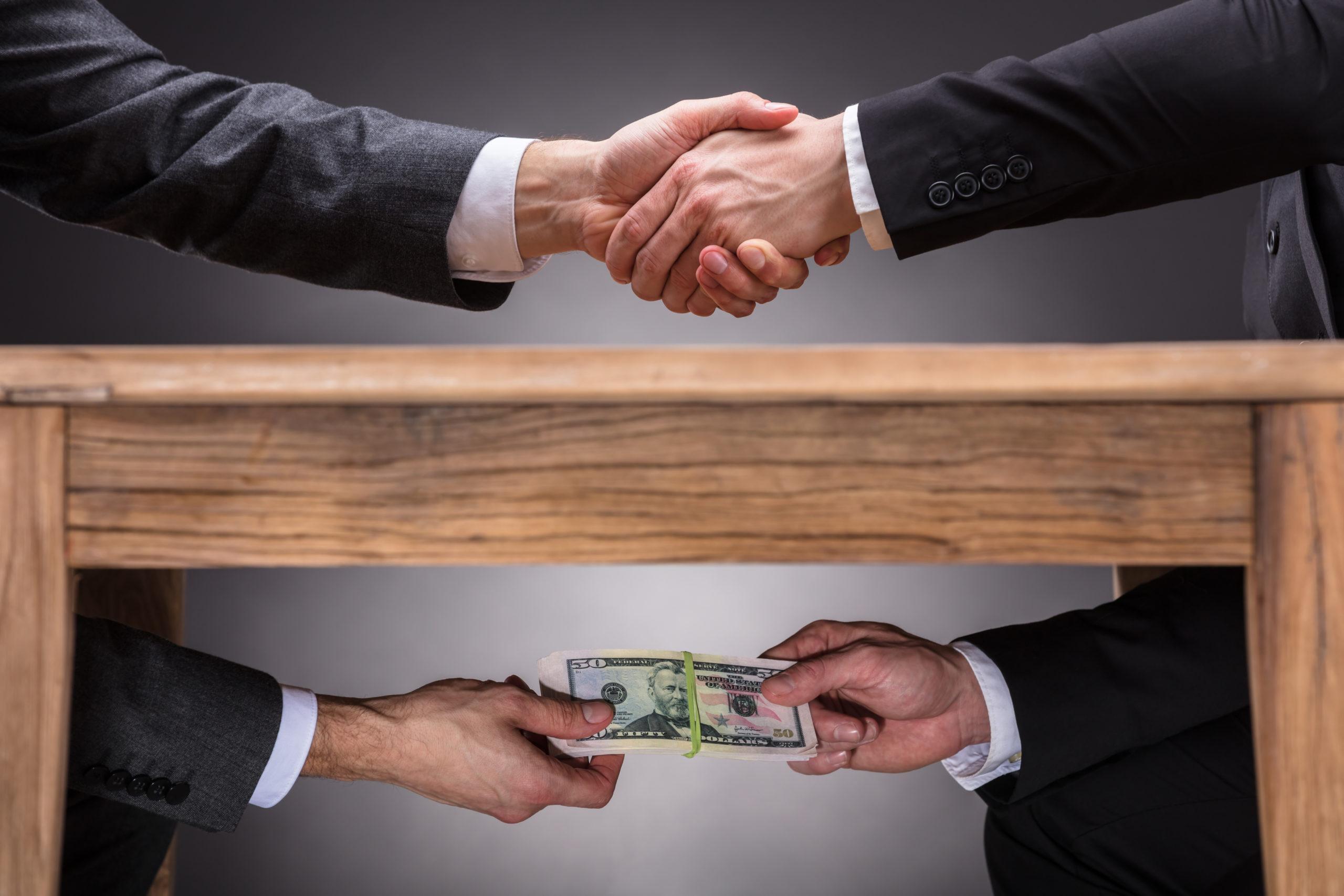 Korruption, Geldübergabe unterm Tisch